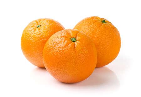 naranjas: Tres naranjas aislados en el fondo blanco