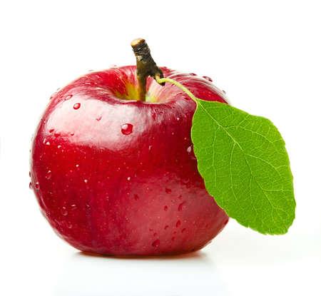 Manzana roja con la hoja verde sobre fondo blanco