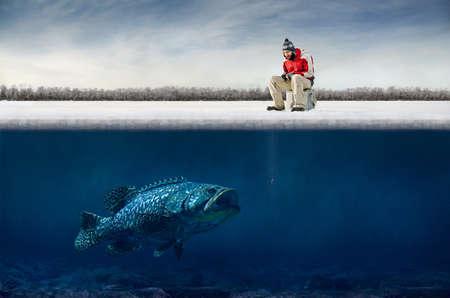 hombre pescando: Winter pesca en el hielo Foto de archivo