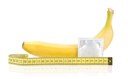 Pl�tano amarillo con cond�n y cinta m�trica aislados en el fondo blanco