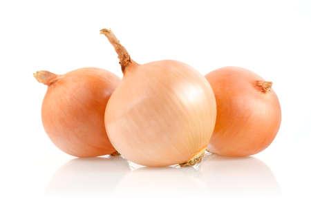 Cebollas aisladas sobre fondo blanco