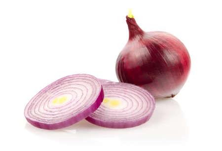 Cebolla roja y anillos de cebolla aislados sobre fondo blanco