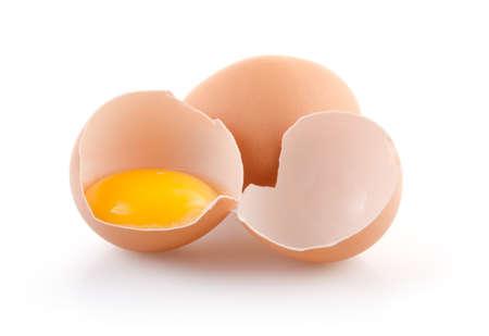 huevo blanco: Brown huevos uno roto aislados sobre fondo blanco