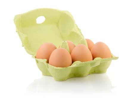 Seis huevos marrones en cart�n en blanco con trazado de recorte