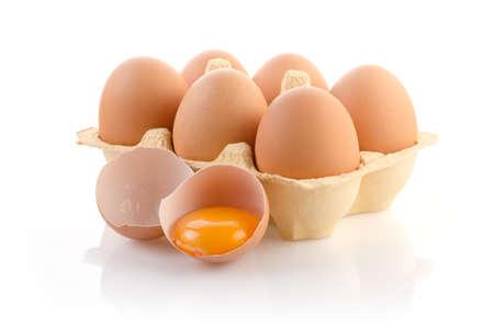 huevo blanco: Huevos en cart�n en blanco con trazado de recorte Foto de archivo