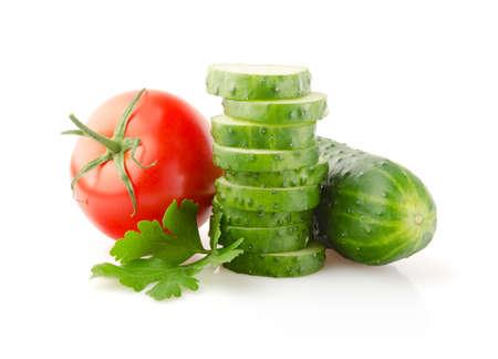 ensalada de verduras: Los tomates frescos, pepinos y perejil aislados sobre fondo blanco