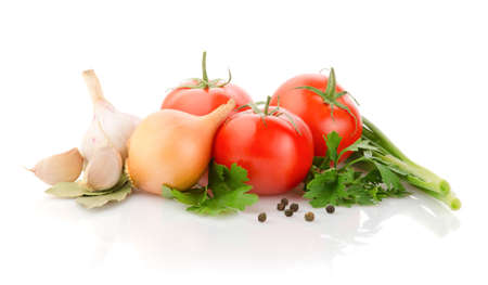 cebolla blanca: Los tomates frescos, cebolla, ajo y perejil en el fondo blanco
