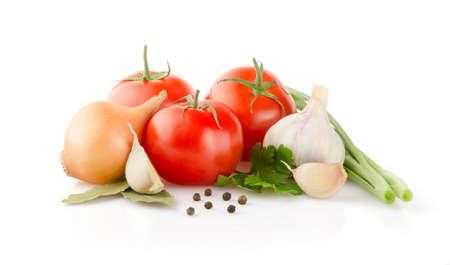 ajo: Los tomates frescos, cebolla, ajo y perejil en el fondo blanco