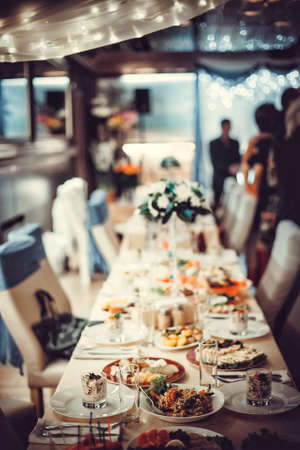 alimentos y bebidas: La mesa de la cena elegante. Foto de archivo