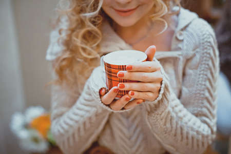 coffee mug in hand Imagens - 38304192
