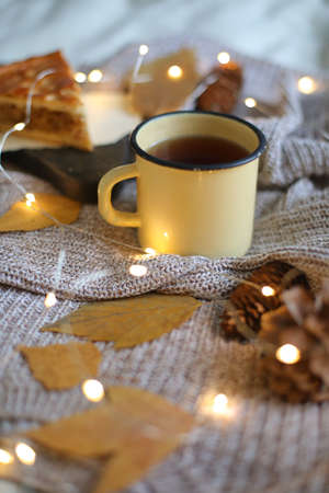 Christmas composition. cup of coffee on the table Imagens