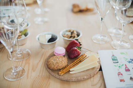 Table setting with wine and snacks, etiquette and event Imagens - 112646406