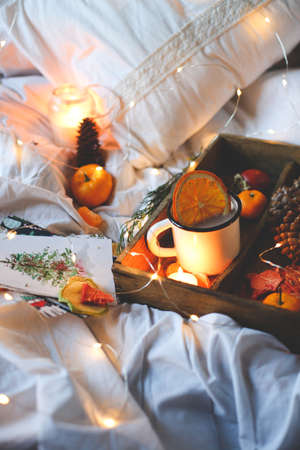 Christmas background dry oranges, sweet tangerines in a box, coffee in a white mug. Imagens - 113271094
