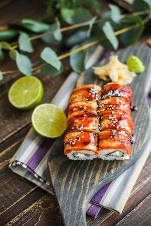 Sushi roll with salmon and tempura shrimp Imagens