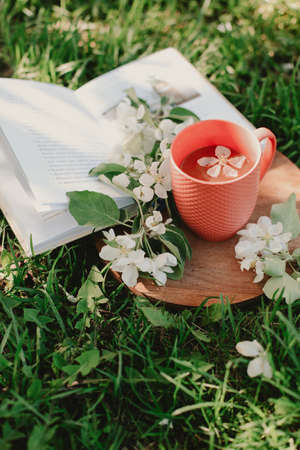 Black tea, candy hearts and flowers on a wooden tray. Imagens - 148797606