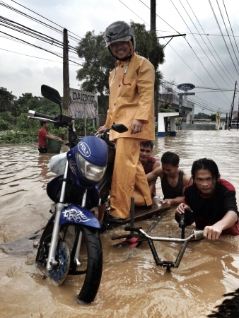 remained: Amidst the flooding caused by typhoon Maring Filipinos remained helpful