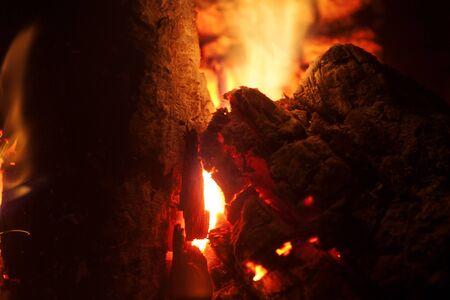 Griller les bois sur fond macro de feu