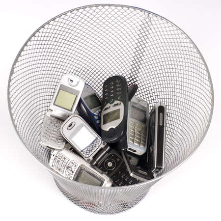 wastepaper basket: vecchi cellulari nel cestino