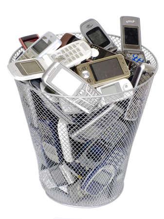 mobiele telefoons: vuilnisbak vol oude mobiele telefoons Stockfoto