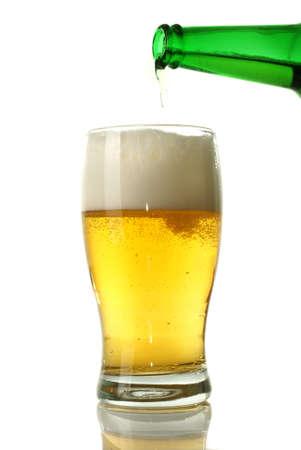 ámbar: Cerveza verter de botellas en vidrio sobre fondo blanco