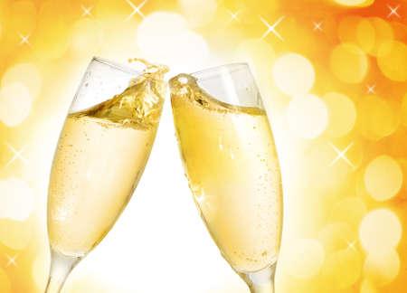 brindisi champagne: Due bicchieri di champagne elegante