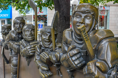 TORONTO, CANADA - AUGUST 23, 2015: Sculptures in front of the Hockey Hall of Fame. 新聞圖片