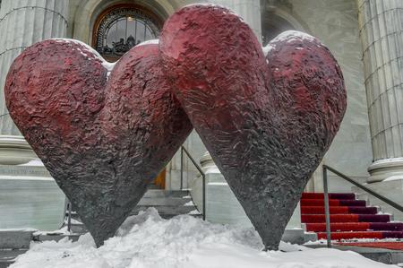 """MONTREAL Canada 17 Janvier, 2015: La sculpture emblématique de """"Coeurs jumeaux 6 '"""" par Jim Dine extérieur du Musée des beaux-arts de Montréal"""