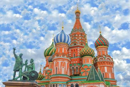 cielo: Plaza de la Catedral Red de San Basilio en Mosc� Foto de archivo