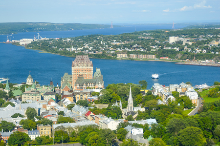 ville: Frontenac castle and othe buildings in Quebec Editorial