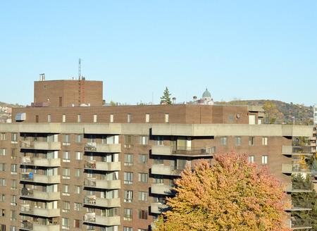 oratoria: St Joseph Oratorio detrás de la cubierta del edificio residencial en otoño en Montreal (Canadá)