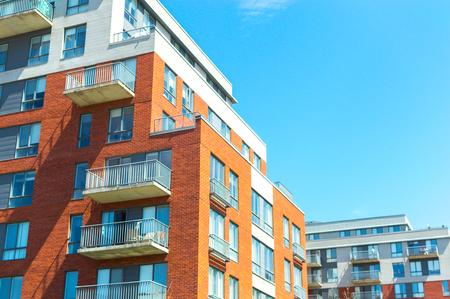 Moderne Eigentumswohnungsgebäude mit riesigen Fenstern in Montreal, Kanada.