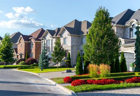 Casa de lujo en Montreal, Canadá contra el cielo azul
