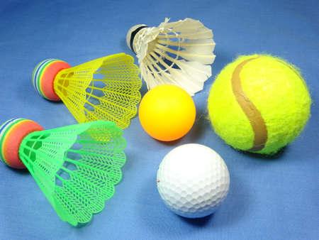 balones deportivos: bolas de deportes sobre fondo azul
