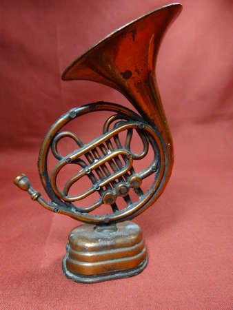 trombon: Malasia antiguo peque�a decoraci�n tromb�n sobre fondo marr�n Foto de archivo