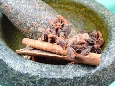mortero: especias en mortero de piedra Foto de archivo