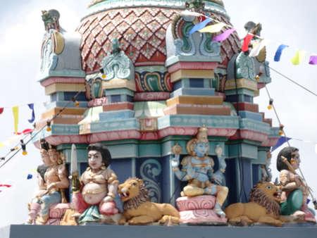 hindus: Dioses hind�es en un templo en Malasia