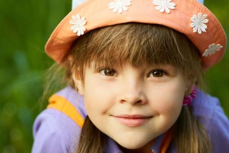 녹색 배경에 웃는 귀여운 소녀 근접의 초상화