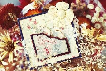 flores secas: Anillos de boda de la vendimia en marco hecho a mano con flores secas
