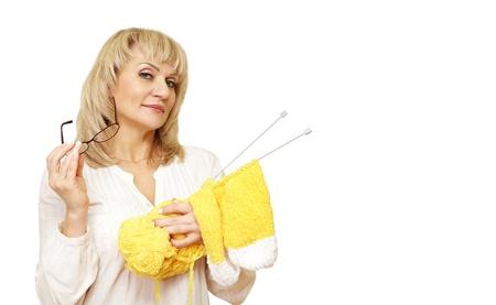 volwassen vrouw met garen en glazen en kijken naar de camera op een witte achtergrond geïsoleerd Stockfoto