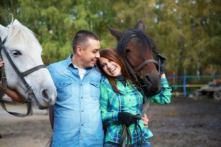 liefdevolle paar op een wandeling met paarden