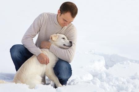 Winter Labrador retriever pup hond voor een wandeling met de eigenaar