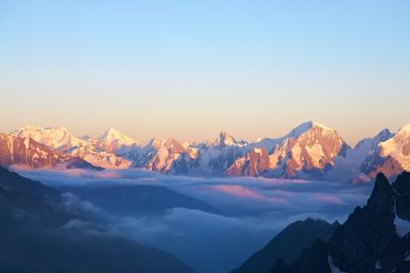 눈과 구름으로 덮여 봉우리 고산 풍경