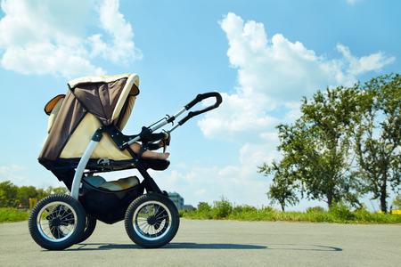 공원 여름 날의 산책에 아기 유모차