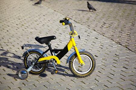 ni�os en bicicleta: bicicleta de los ni�os Foto de archivo