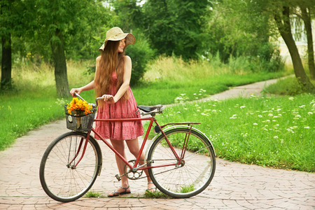 공원에서 자전거 모자에서 젊은 여자. 활동적인 사람들. 옥외