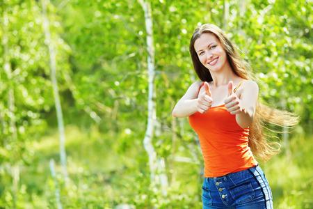 美しい若い女性のポートレート、屋外のクローズ アップ。屋外の人。健康的なライフ スタイル