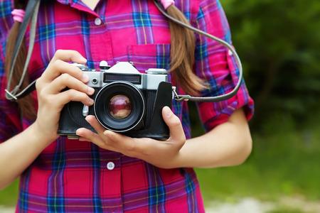 십 대 소녀 카메라와 함께입니다. 오래 된 사진 카메라입니다. 청소년 라이프 스타일