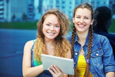 twee vrienden met tabletcomputer. jeugd levensstijl