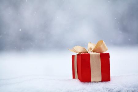winter Kerst geschenkdoos in de sneeuw buitenshuis.