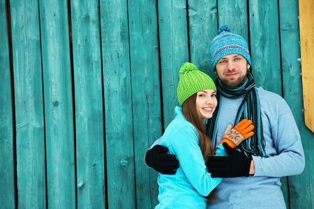 겨울에 사랑 야외에서 젊은 행복한 커플